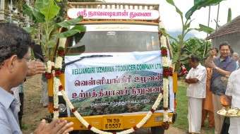 PraveshSharma-flags-off-the-van-carrying-the-first-produce