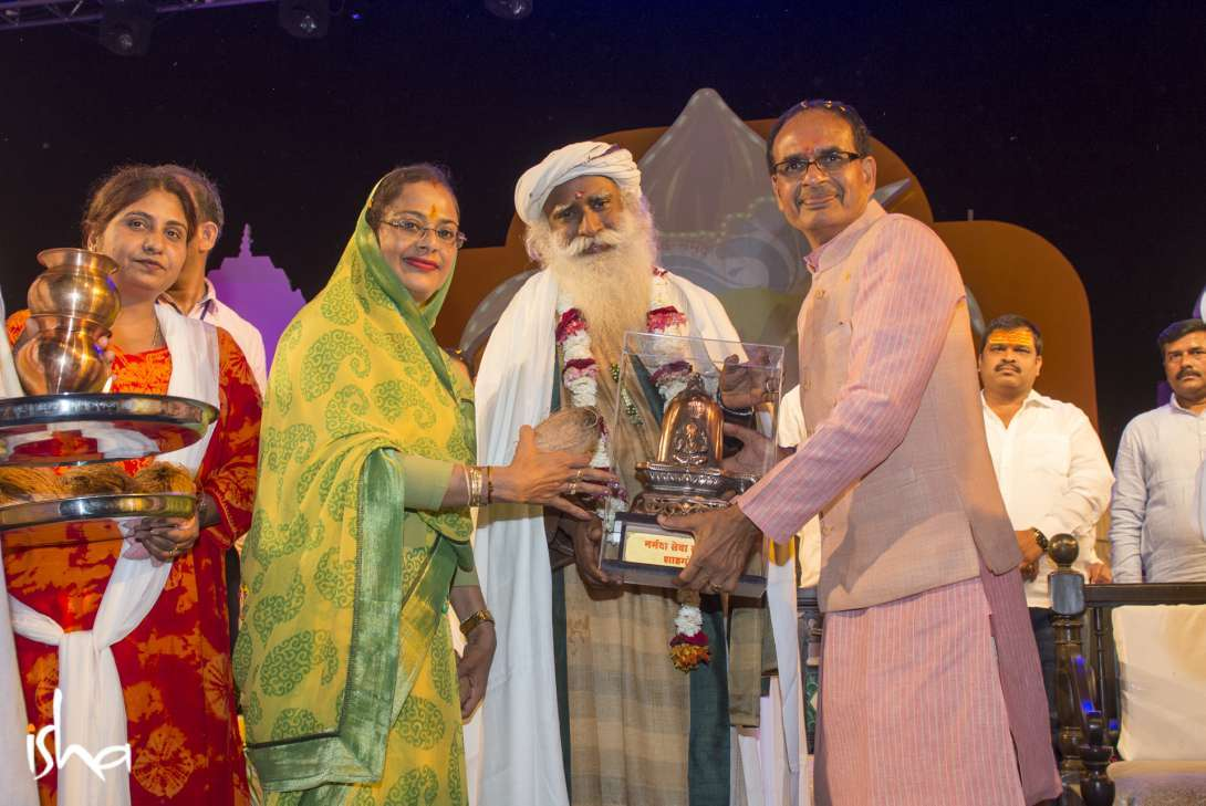 CM of MP Shri Shivraj Singh Chouhan and his wife offer a memento to Sadhguru