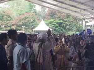 standing ovation - sadhguru